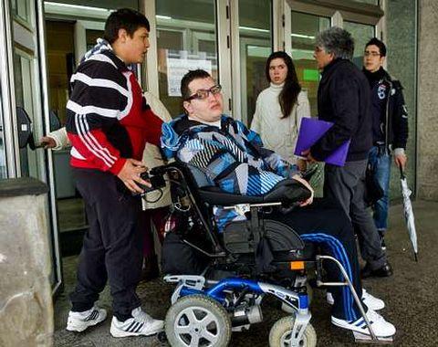 David Bouza precisa una silla de ruedas especial y la ayuda de terceros para su vida diaria.