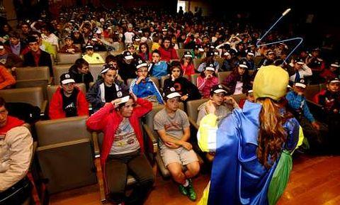 Alumnado de cinco colegios compostelanos, ayer en el Palacio de Congresos.