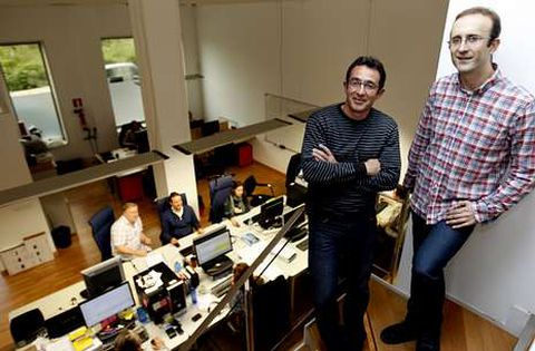 Santiago Domínguez y Carlos Cobas en la oficina que MestreLab tiene en Santa Marta.