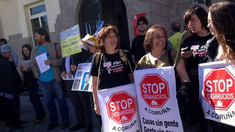Stop Desahucios en la Delegación del Gobierno entregando alegaciones por el caso Aurelia Rey