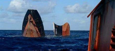 Imagen tomada desde un remolcador de los momentos previos al hundimiento del «Prestige», el 19 de noviembre del 2002.