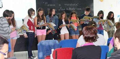 Los alumnos del colegio As Forcadas, autores del libro, durante un momento de la presentación en Corme.
