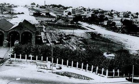 La actual plaza de América a mediados de los 60: empiezan a trazarse Coia y la avenida de Europa. En la imagen la cochera de los tranvías del libro «Recordando los tranvías de Vigo», de Antonio Giráldez.