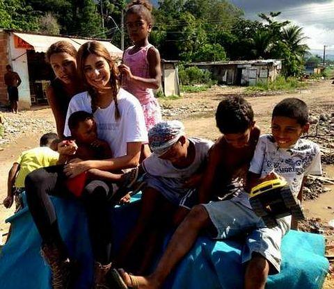 Stéphannie, con un grupo de niños, en el vertedero al que acude a diario