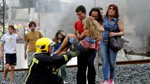 En la imagen, Abel Rivas, con una de las niñas que rescató del tren.