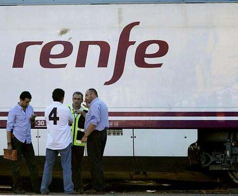 Miembros de la comisión de investigación, ayer, revisando las ruedas del tren siniestrado.