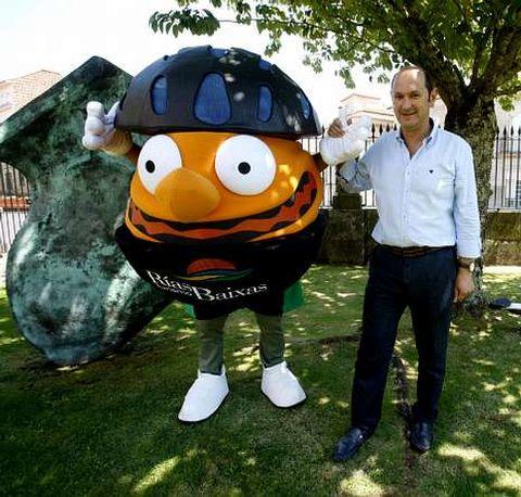 Rafael Louzán e a mascota da Volta, nun dos xardíns do Padroado de Turismo Rías Baixas.