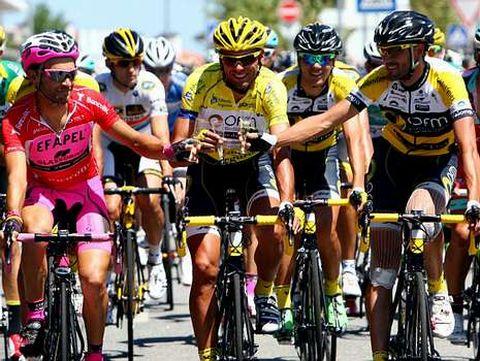 Marque, en el centro, ayer en el tradicional brindis de la última etapa con sus escoltas en el podio, Veloso-derecha- y Rui Sousa.