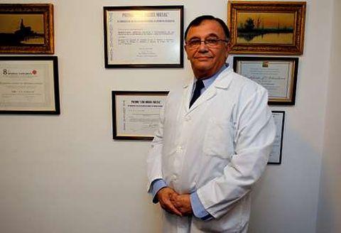 El doctor Ghanimé, en su consulta privada en Zalaeta, donde sigue ejerciendo.