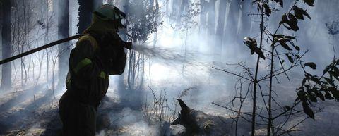 Tareas de extinción del gran incendio que afecta al monte Pindo