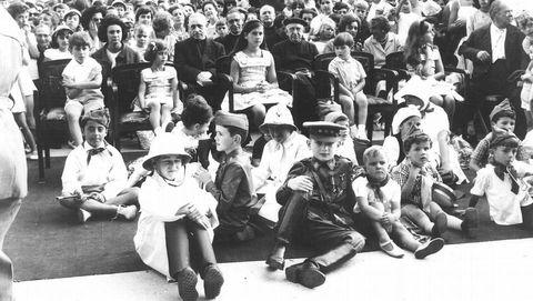 Con sólo diez años, Juan carlos niño tuvo que dejar su familia y trasladarse a Madrid, con el «casi» único apoyo del general Franco. En la imagen, vestido de militar, participa en una fiesta infantil en la coruñesa plaza de María Pita, junto a los nietos del general Franco.