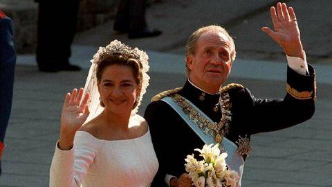 Como padre, ha ejercido de padrino de boda de sus dos hijas. En la imagen, junto a la infanta Cristina, a la entrada de la catedral de Barcelona, donde se celebró el enlace de ésta e Iñaki Urdangarín, el 4 de octubre de 1997.