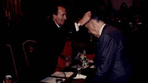 No hay que olvidar el papel del monarca español como difusor de las lenguas y culturas españolas. En la imagen, con el escritor Camilo José Cela, que recoge el Premio Cervantes.