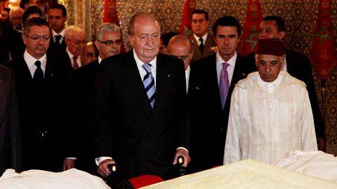En una visita oficial a Marruecos, mostrando respeto ante la tumba de Hassan II.