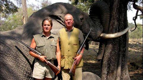La famosa imagen del rey, tras abatir un elefante en Botsuana.