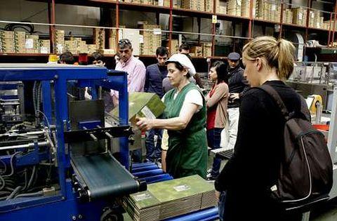 Un grupo de personas durante una visita guiada a la fábrica Luis Escurís Batalla, en Pobra do Caramiñal