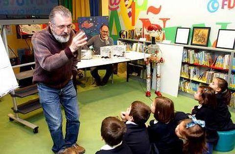 Miguel Vázquez Freire (de pé) e Xosé Tomás, nun acto literario para público infantil.