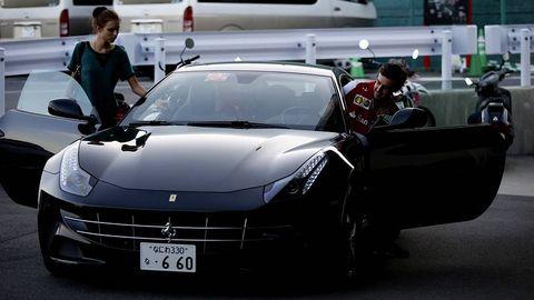 Alonso y su novia, en un Ferrari