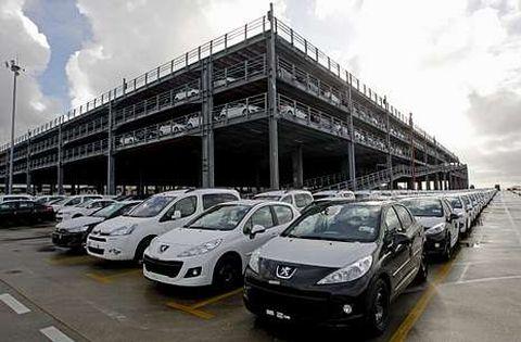 Vehículos fabricados por PSA en Vigo, en la terminal portuaria con destino al mercado.