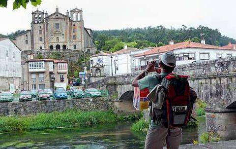 Un peregrino a su llegada al Paseo del Espolón en Padrón, en una imagen de archivo.