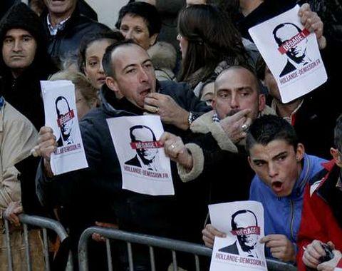 Hollande también escuchó ayer silbidos de desaprobación en la ciudad de Oyonnax.