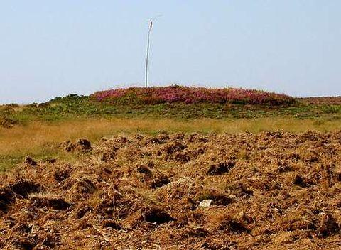 Un túmulo megalítico que sobresale en el terreno