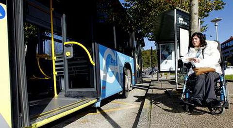 Anxela, en la parada de Fontiñas, en la que tiene que esperar muchas veces a que pasen tres autobuses para poder subir.