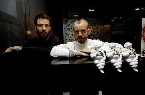 Pablo Sobrino, a la izquierda, con el chef David Muñoz en el restaurante DiverXo.