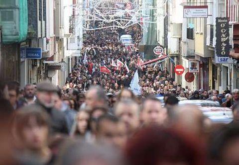 La muchedumbre abarrotó la ferrolana calle del Sol, por donde pasó la manifestación en defensa del sector naval.