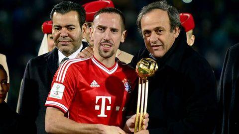 Ribery recibe de Platini el premio al mejor jugador del Mundial de Clubes
