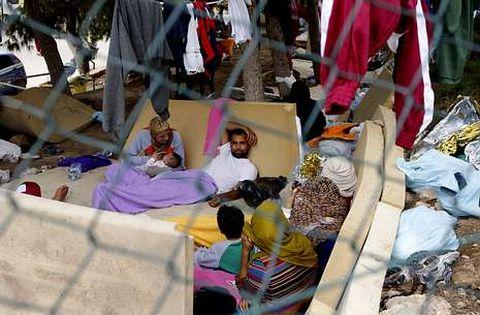 Inmigrantes en el centro de acogida de la isla de Lampedusa el pasado octubre.