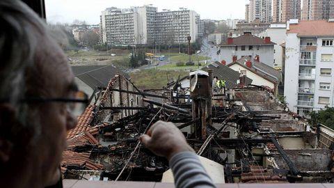 Un vecino observa los daños causados por un incendio en Pasaia (Gipuzkoa), que ha obligado a desalojar cuatro bloques de viviendas del distrito de Trintxerpe, dos de los cuales podrían correr peligro de derrumbe