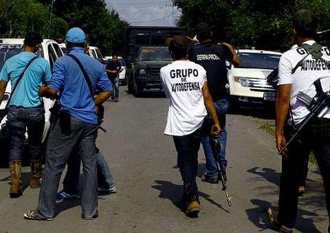 Autodefensas controlan poblaciones de Michoacán.