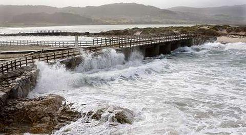 El mar embistió y llegó a sobrepasar el puente que da acceso a la laguna de Baldaio.