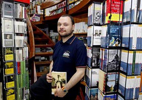 Javier Yuste posa con un ejemplar de su opera prima, «Los últimos años de mi primera guerra».