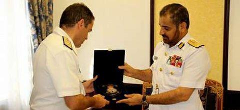 Díaz del Río con el comandante de la Marina Real de Omán.
