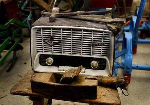 Un vecino de Valga tiene esta radio entre aperos de labranza.