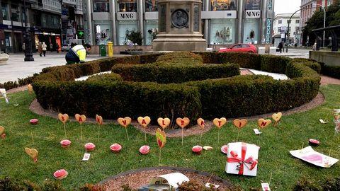 La zona ajardinada del Obelisco, adornada por San Valentín