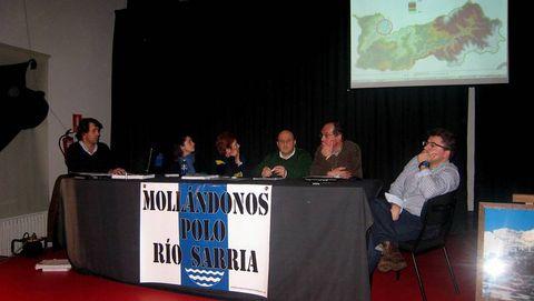 Los miembros de la plataforma explicaron a los vecinos de Sarria el plan de encauzamiento
