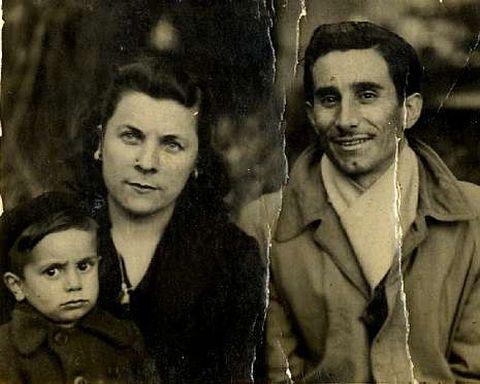 Manuel Barros Fernández, con su mujer y su hijo en una fotografía datada en 1949.