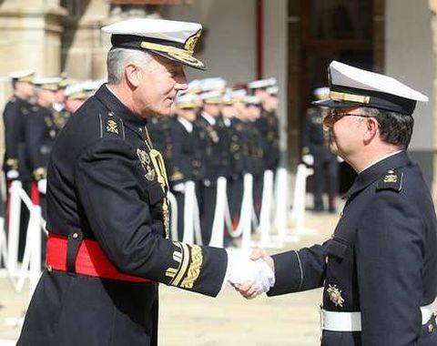 El general de brigada saluda a uno de los condecorados.