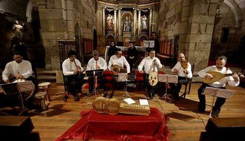 <span lang= gl >Velada medieval</span>. O Grupo de Música Antiga Martín Codax pechou, xa na igrexa de Santiago, o encontro da Real Academia Galega ca interpretación dunha serie de pezas da lírica trobadoresca.