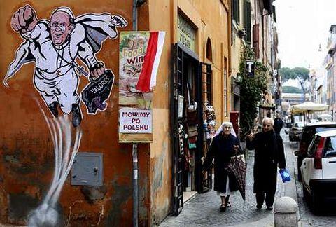 Un grafiti presenta al papa Francisco como un supehéroe en una calle cercana al Vaticano.