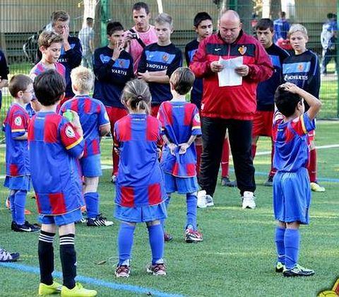 Marco Otero, hablando a un grupo de niños del Basilea cuando él dirigía el fútbol base de ese club.