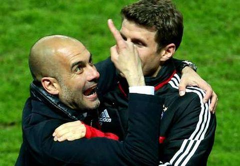 Pep Guardiola (izda.) celebra con el jugador del Bayern de Múnich Thomas Mueller la consecución de la Bundesliga.