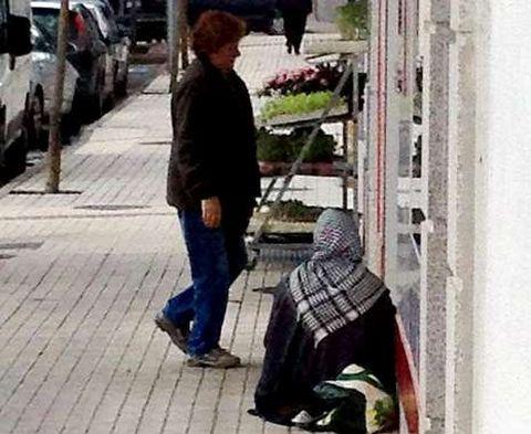 Una mendiga rumana pidiendo ayer en la entrada de un supermercado en el centro de Salvaterra.