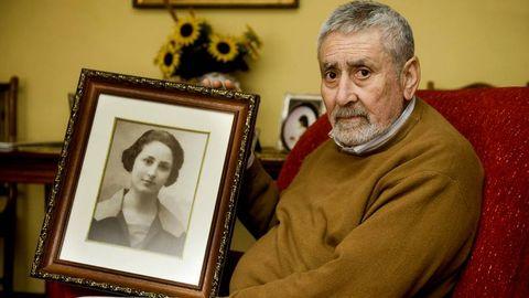 Gabriel, con una foto de su madre, en una imagen de archivo