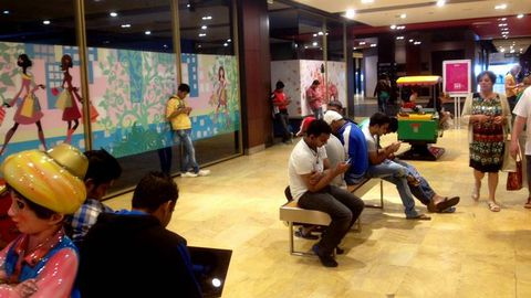 Los tripulantes, aprovechando la wifi de Palexco