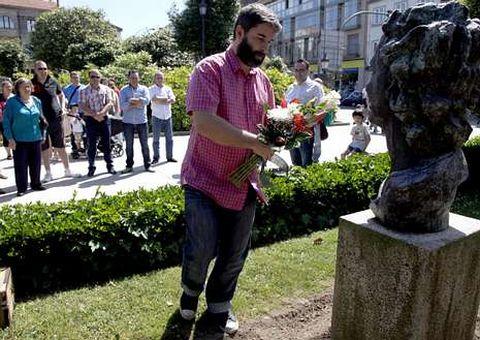 Rodríguez colocou a coroa de flores no busto da poetisa.