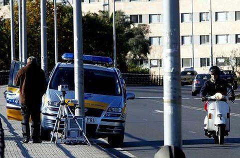 <span lang= es-es >Mirando al radar</span>.  Todo parece indicar que los conductores denunciados podían estar mirando el radar de un vehículo, como el de la imagen en este caso en Santiago, que es cedido por la DGT a aquellos concellos que carecen de radar propio y han suscrito un convenio.